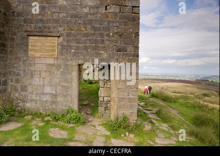 Les marcheurs par Vevey, ferme en ruine sur ruine Pennine moors à distance sauvage (Wuthering Heights?) - l'été Banque D'Images