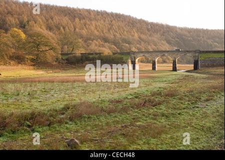 Lit desséché de Lindley Wood Réservoir (faible niveau d'eau et les conditions de sécheresse après le temps sec de Banque D'Images