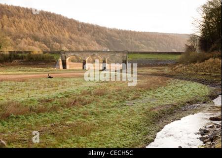 L'ensemble ruisseau de lit desséché de Lindley Wood Réservoir (faible niveau d'eau après l'automne sec) et 3-arch Banque D'Images