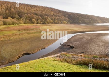 L'ensemble ruisseau de lit desséché de Lindley Wood Réservoir (faible niveau d'eau et les conditions de sécheresse Banque D'Images