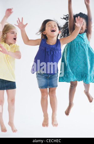 Heureux les filles sautant ensemble Banque D'Images