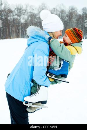Heureux le fils et la mère dans le parc d'hiver Banque D'Images