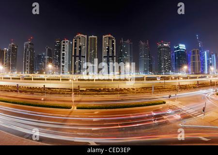 Sheikh Zayed Road par nuit, la Marina de Dubaï, Dubaï, Émirats arabes unis, Moyen Orient Banque D'Images