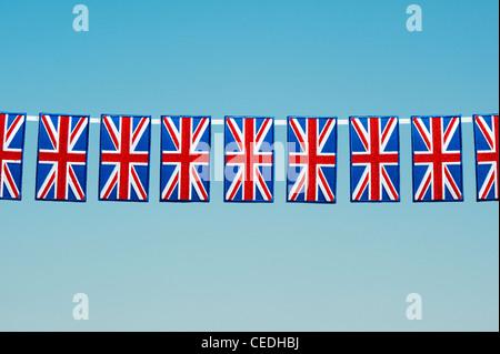 Union Jack flag écusson pattern against a blue sky Banque D'Images