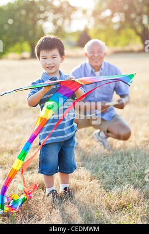 Petit-fils et grand-père chinois cerf-volant Banque D'Images