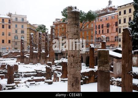 La neige a couvert la zone archéologique de Largo di Torre Argentina, Rome, Italie Banque D'Images