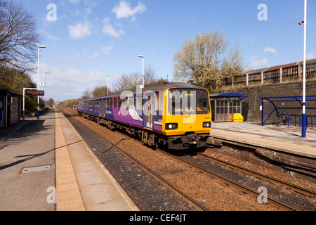 Northern Rail Train à Wombwell Gare, Barnsley, South Yorkshire, Angleterre.