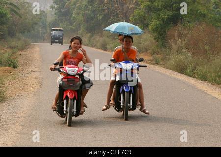 Les jeunes filles sur un scooter, interdire à Houayxay, province de Bokeo, au Laos. Banque D'Images
