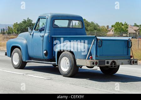 Vue de la vieille voiture american vintage classique sur la route en Californie