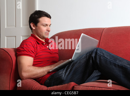 Profil d'un seul homme à l'aide d'un ordinateur portable. Banque D'Images