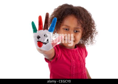 Peu de fille asiatique Africaine avec les mains dans les peintures colorées peintes Banque D'Images