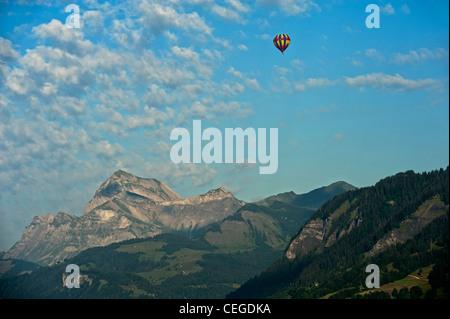 """La montgolfière. La vallée de Megève le nr """"Flocons de sel"""" Hotel & Restaurant. Haute-Savoie. La région Rhône-Alpes. Banque D'Images"""