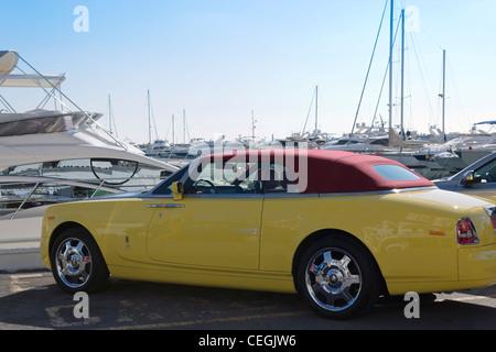 Capote jaune Rolls Royce convertible stationné à El Puerto José Banús, Marbella, Costa del Sol, Andalousie, Espagne Banque D'Images