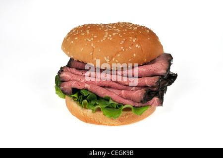 Roast Beef sandwich sur pain aux graines de sésame sur fond blanc. Banque D'Images