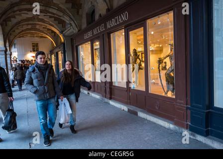 Paris, France, les adolescents, shopping dans le quartier du Marais, à pied sur un trottoir près de galeries d'art, Banque D'Images