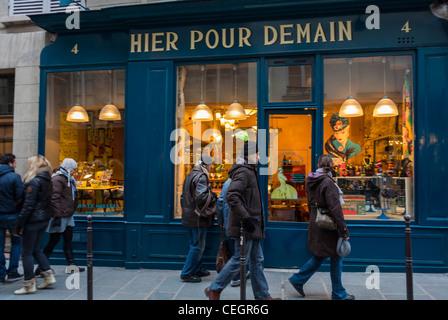 Paris, France, les gens dans le quartier du Marais, Window Shopping, 'hier pour demain' Vintage Boutique Casa, dimanche Banque D'Images