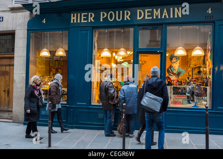 Paris, France, les gens dans le quartier du Marais, Window Shopping, 'hier pour demain' Vintage Boutique Casa, avant Banque D'Images