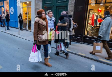 Paris, France, les adolescents Shopping, Shopping sur rue dans le quartier du Marais, le dimanche après-midi, l'authentique Banque D'Images