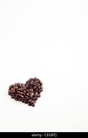 Forme de coeur simple faite de grains de café frais