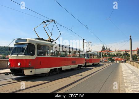 Tramway rouge passant sur Manes (Pont Manesuv Most) et le célèbre château de Prague sur l'arrière-plan de Prague, Banque D'Images