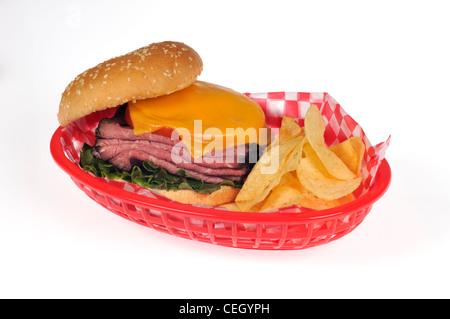 Sandwich avec rôti de boeuf, salade de laitue, tomate et fromage fondu sur du pain aux graines de sésame en rouleau Banque D'Images