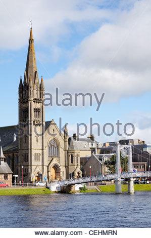 L'Église libre et Greig Street passerelle sur la rivière Ness à Inverness en Écosse, Royaume-Uni Banque D'Images