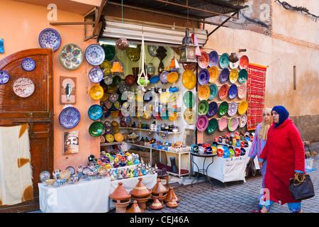 Magasin de vente de poterie Chaaria Souk, Medina, Marrakech, Maroc, Afrique du Nord Banque D'Images