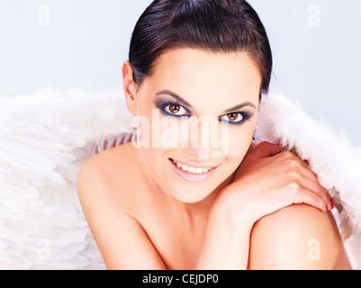 Jolie femme avec les ailes d'ange Banque D'Images