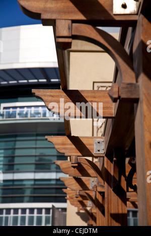 Un détail sur l'Souk Al Bahar Bridge avec le centre commercial de Dubaï dans l'arrière-plan. Dubaï, Émirats arabes Banque D'Images
