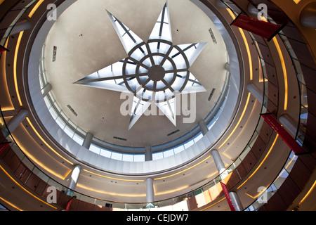 Un modèle de plafond à l'intérieur du centre commercial de Dubaï. Dubaï, Émirats arabes unis, ÉMIRATS ARABES UNIS. Banque D'Images