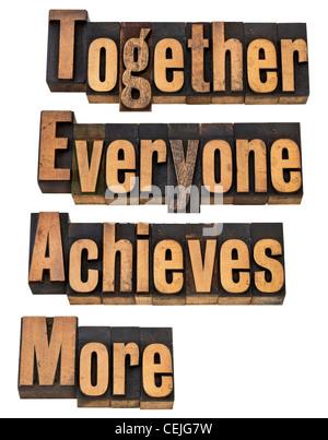 TEAM - ensemble tout le monde obtient plus d'équipe et coopération - concept - un collage de mots isolés Banque D'Images