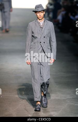 270f50381162 ... Kenzo Paris Prêt à porter printemps été modèle masculin vêtu d un  tailleur pantalon gris
