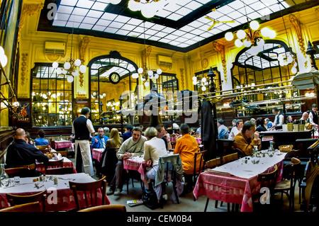 PARIS, France - Les gens le partage des repas à l'intérieur de 'Budget' Chartier Restaurant Brasserie française, Banque D'Images