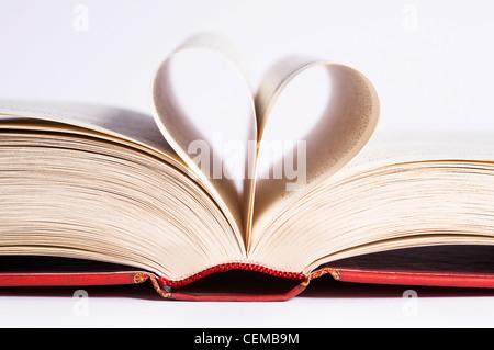 Livre avec des pages en forme de coeur sur fond blanc Banque D'Images