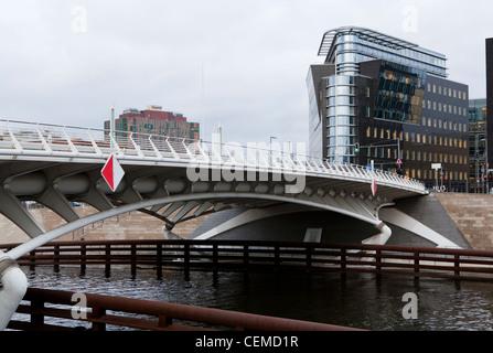 Conçue par Santiago Calatrava le Kronprinzenbrücke, Prince de la couronne, pont traverse la rivière Spree à Berlin. Banque D'Images