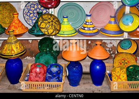 Vente de poterie dans les souks, Medina, Marrakech, Maroc, Afrique du Nord Banque D'Images