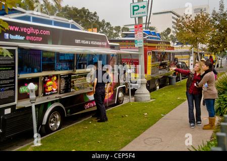 Gourmet food cars servir le déjeuner de midi sur Wilshire Boulevard, à Los Angeles. Banque D'Images