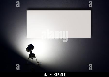 Petit éclairage spotlight blanc vierge des annonces sur le mur
