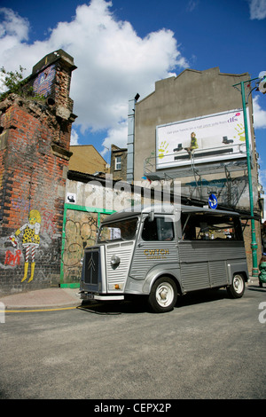Un rétro Citroën van de vendre du café sur Brick Lane.