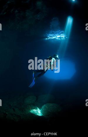 Scuba Diver Silhouette en Grotte Verte, l'île de Vis, Mer Adriatique, Croatie Banque D'Images