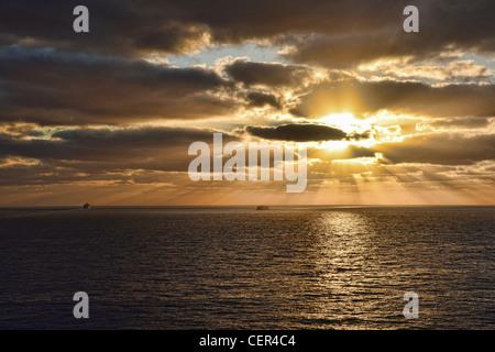 Lever du soleil dans les îles Canaries, prises d'un balcon cabine sur le p&o envoi oceana Banque D'Images