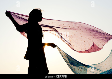 Indian girl with star des voiles dans le vent. Silhouette Banque D'Images