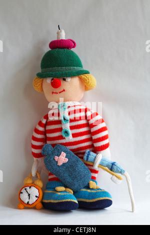 Poupée en tricot - Wee Willie winkie avec la bougie sur la tête, bouteille d'eau chaude, réveil, brosse à dents, dentifrice avec coller squirting