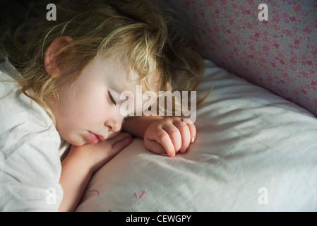 Enfant en bas âge de faire la sieste Banque D'Images