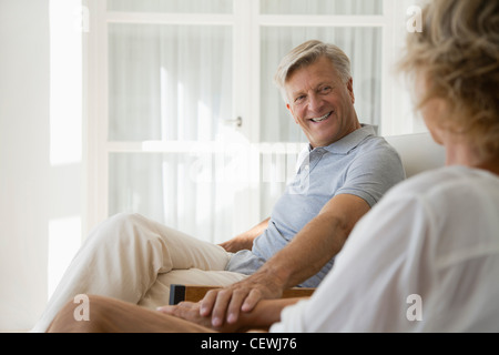 Couple relaxing together in home Banque D'Images