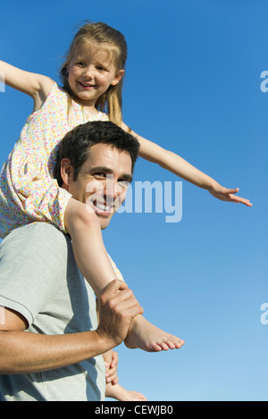 Père fille transportant sur ses épaules Banque D'Images