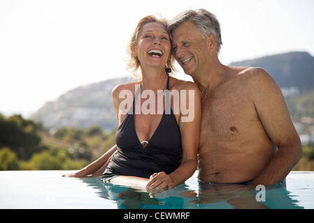 Young couple relaxing together in pool Banque D'Images