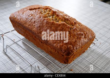 Un gâteau fraîchement cuit au four à pain de banane. Banque D'Images