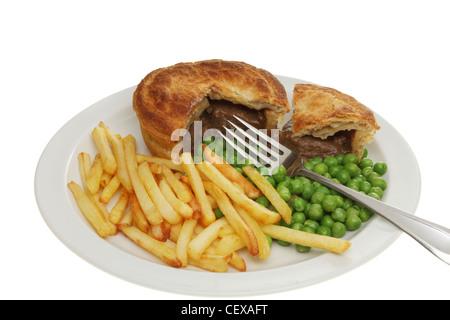 Libre d'un pâté à la viande avec des frites et petits pois avec une fourchette sur une assiette Banque D'Images