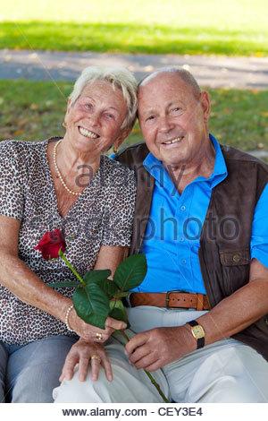 Plus vieux couple dans l'amour. homme donne une rose. Banque D'Images